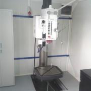 Bušilica instalirana u pokretnoj radionici sa spuštenim podom
